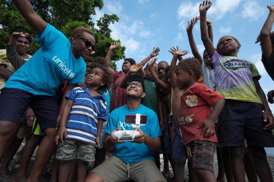 在萬那杜一名1個月大的嬰兒,成為世界首位通過商用無人機交付疫苗而得以接種者。(圖取自UNICEF網頁unicef.org)