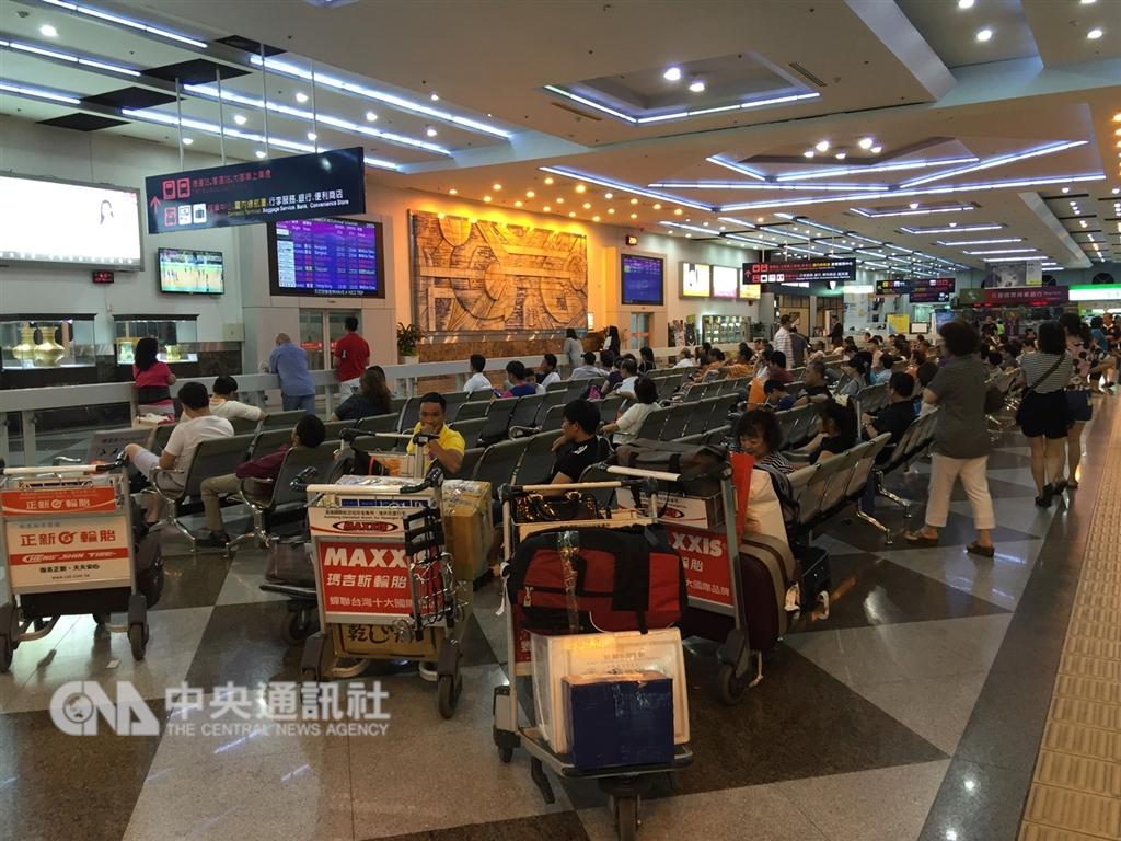 交通部觀光局證實,日前有4個越南旅行團共153人入境高雄,152人集體逃跑失蹤。圖為高雄小港機場入境大廳。(中央社檔案照片)