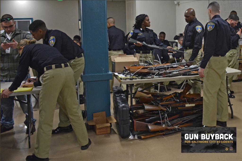 美國馬里蘭州巴爾的摩警方上週執行槍枝回購計畫,取得近2000件武器。(圖取自twitter.com/baltimorepolice)