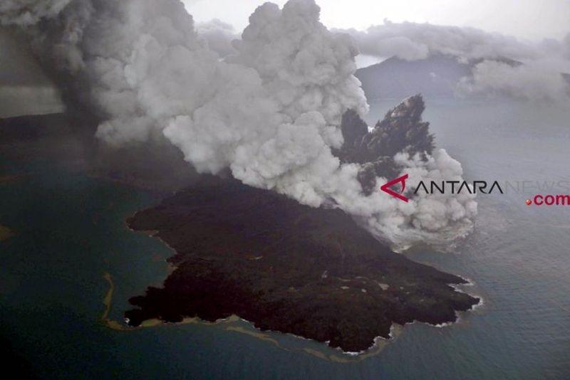 印尼喀拉喀托之子火山在一系列爆發及山體滑坡後,縮小到原先體積的1/3。(檔案照片/印尼安塔拉通訊社提供)