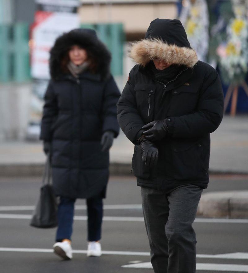 南韓氣象廳28日表示,受風寒效應影響,首爾地區體感溫度降至攝氏零下19.3度。(韓聯社提供)