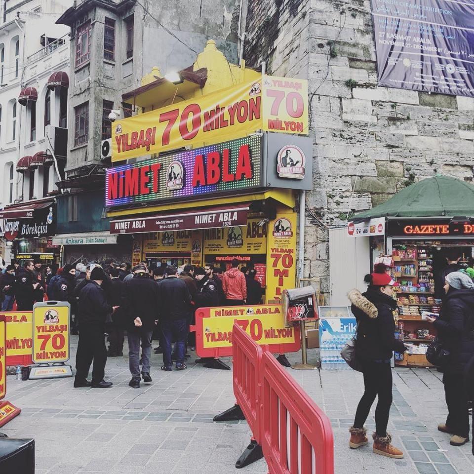 土耳其每年新年開獎前,許多民眾會到擁有90年歷史的彩券行「尼梅大姊」排隊,週末時最多須等上3或4小時。(圖取自facebook.com/nimetablacom)