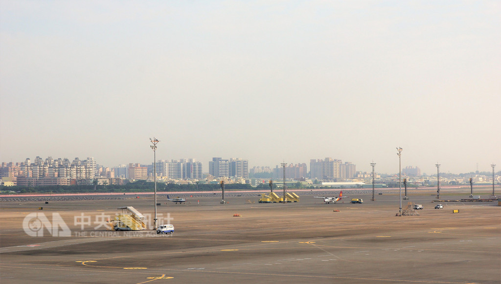 高雄市長韓國瑜日前提出希望興建高屏國際機場,認為高雄機場負載量與腹地不夠大,且大型飛機沒辦法停,對高雄的需求「肯定不夠」。高雄國際航空站表示,高雄機場(圖)大型飛機起降沒有問題,機場運量離飽和還有一段很長距離。中央社記者程啟峰高雄攝 107年12月28日