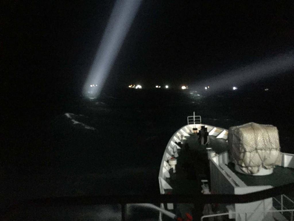 澎湖東、西吉海域出現大批中國大陸漁船越界拖網作業和集結定錨避風,海巡署艦隊分署29日晚間出動2000噸的台南艦,以強力水砲強勢驅離所有定錨的陸船,駛離澎湖海域。(澎湖海巡隊提供)中央社 107年12月30日