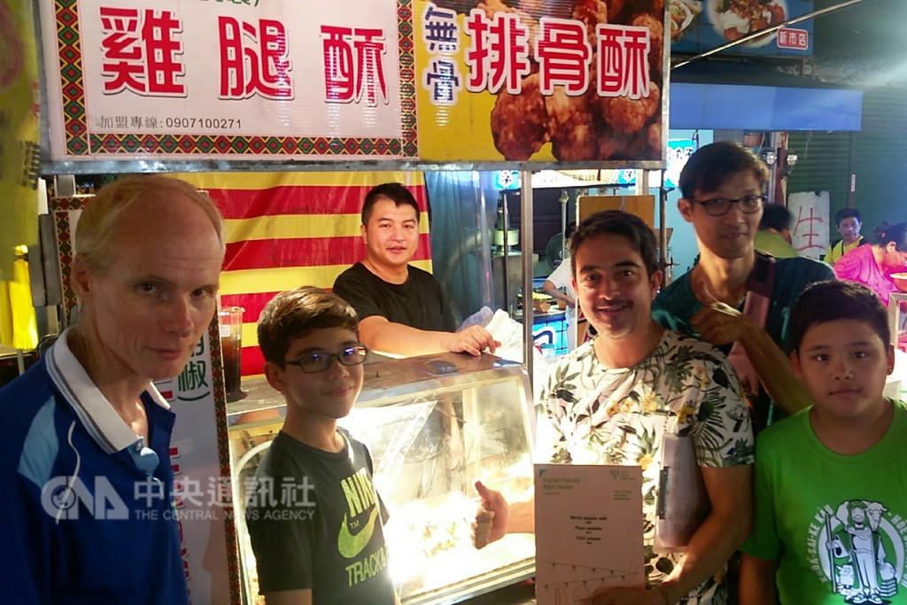 台南市政府為夜市攤商製作雙語菜單,除了方便外國觀光客,也希望能讓台南人知道如何用英文介紹熱門小吃。(台南市政府提供)中央社記者楊思瑞台南傳真 107年12月30日