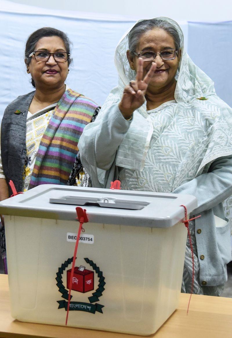 孟加拉30日舉行國會大選,現任總理哈希納(右)領導的執政黨獲壓倒性勝選。(法新社提供)