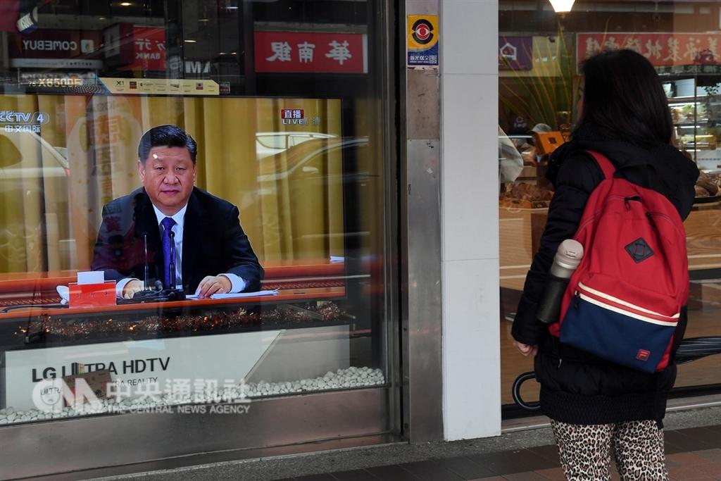 中國國家主席習近平2日在「告台灣同胞書」發表40週年紀念會上大篇幅提「一國兩制」,多次提「統一」。對九二共識,他說是「在一個中國原則基礎上達成『海峽兩岸同屬一個中國,共同努力謀求國家統一』的九二共識」。圖為台灣民眾在街頭觀看直播。中央社記者孫仲達攝 108年1月2日