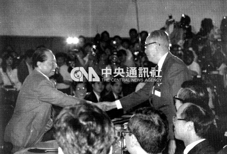 圖為1993年海基會董事長辜振甫(右)與海協會會長汪道涵(左)在會談前握手致意。國民黨主張,若沒有「九二共識」,就沒有當年的辜汪會談。(中央社檔案照片)