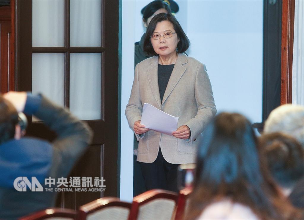 總統蔡英文(圖)1日在總統府內發表「2019新年談話」,揭示新階段政府將努力的目標。針對兩岸關係強調,中國試圖利用民主開放與自由,來介入台灣的政治及社會發展,這是台灣此刻的重大挑戰。(中央社檔案照片)