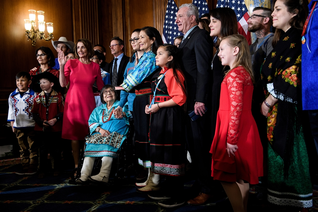 美國眾議院議長裴洛西邀請自己的孫子和其他議員的孩子站上講台跟她一起宣誓就職。(法新社提供)