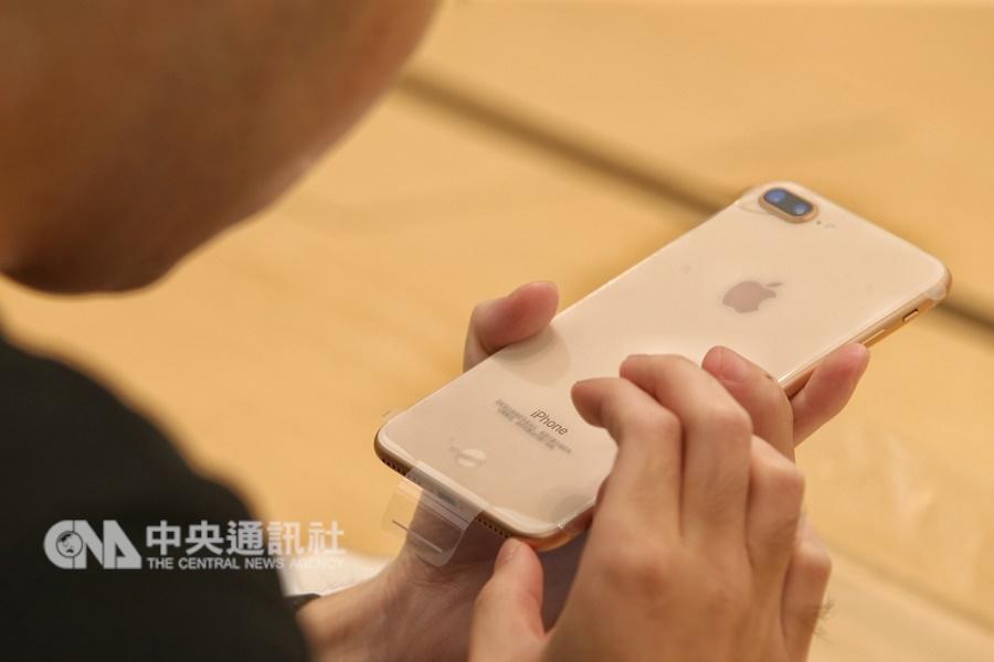 德國慕尼黑法院上月20日作出對高通有利判決,同時要求高通繳交一筆保證金,以讓部份iPhone機款在德國的銷售禁令能立即生效。圖為iPhone 8系列機。(中央社檔案照片)