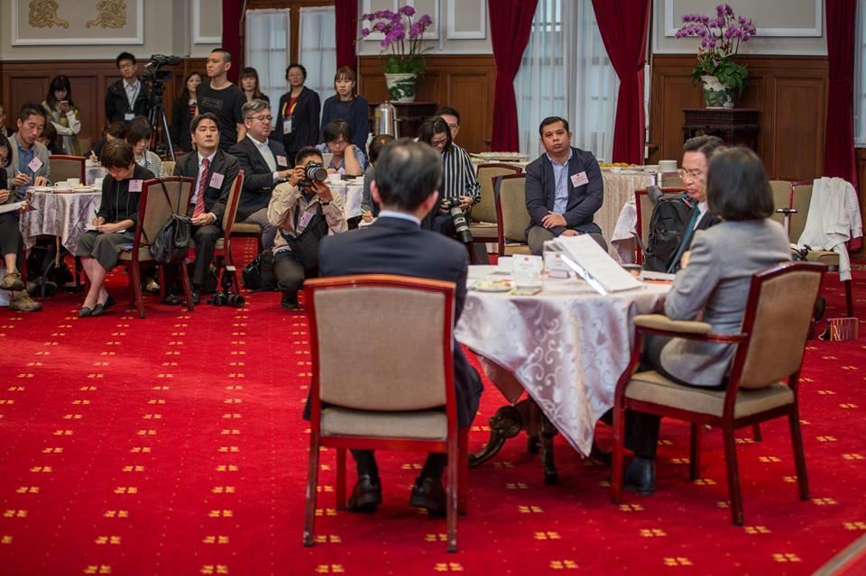 總統蔡英文5日與外國媒體茶敘,對於各種提問都侃侃而談。(圖取自www.facebook.com/tsaiingwen)