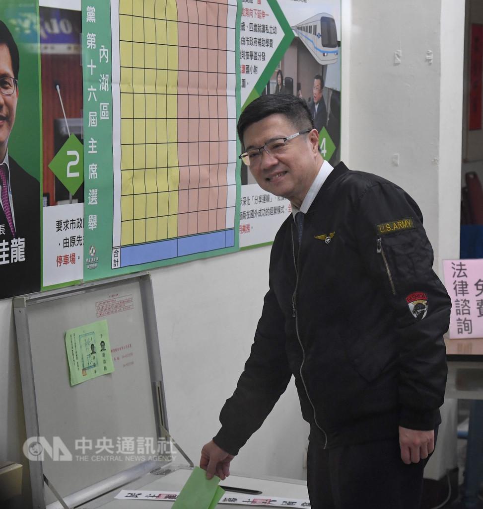 民進黨第16屆黨主席補選6日舉行,投票時間從上午8時到下午5時,候選人卓榮泰上午到台北市內湖投開票所投票。中央社記者王飛華攝 108年1月6日