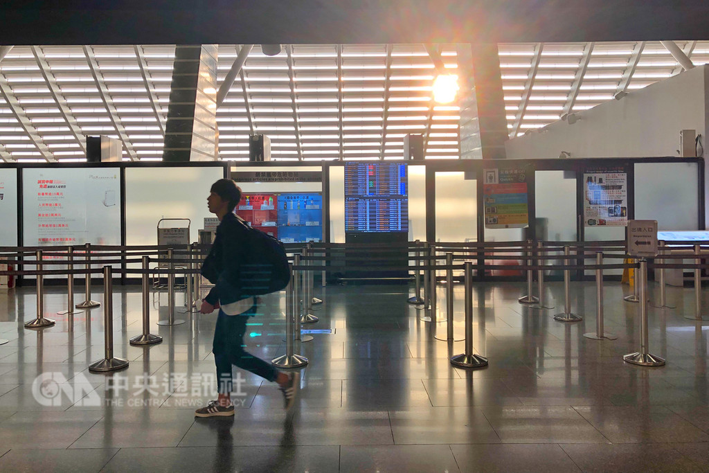 根據移民署統計資料顯示,桃園機場去年旅客運量達到4653萬人次,較前一年成長3.69%,分析運量持續成長的原因,桃園國際機場公司表示,主要歸功於新南向政策以及廉價航空旅客的高成長率。中央社記者吳睿騏桃園攝 108年1月6日