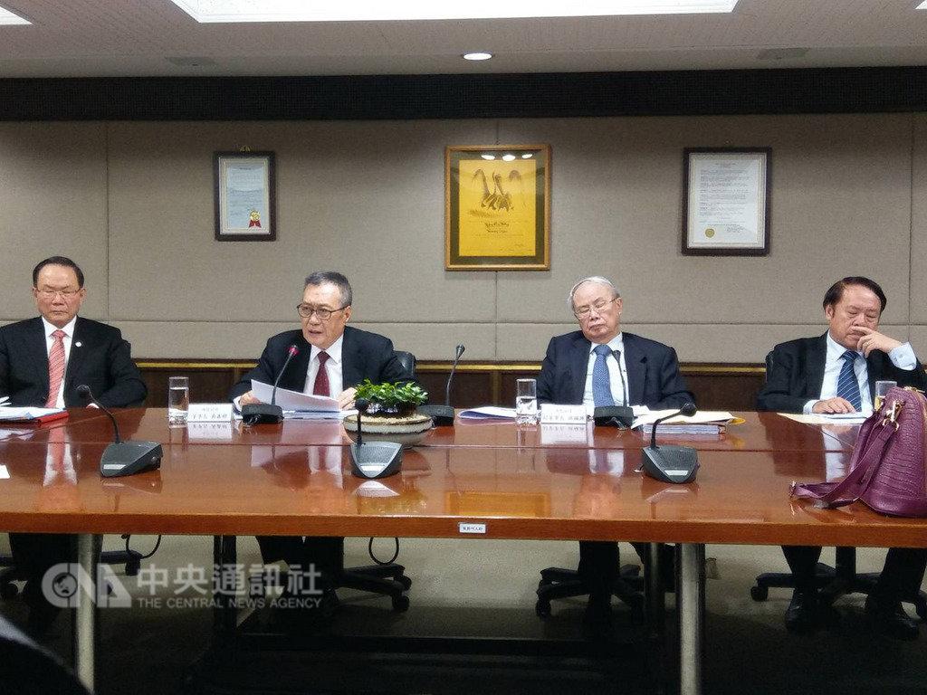 台塑四大公司展望2019年,台塑董事長林健男(左1)看壞首季營運,將強化運用AI提升營運;台化副董事長洪福源(右2)看農曆年後油價上揚,買氣自然來。中央社記者韋樞攝 108年1月8日