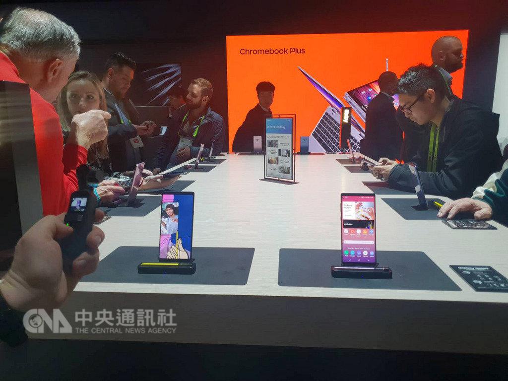 美國CES展登場,2019年為5G手機發展元年,研調推測,三星、華為、小米、OPPO等品牌可望在今年推出5G手機。中央社記者江明晏攝 108年1月9日
