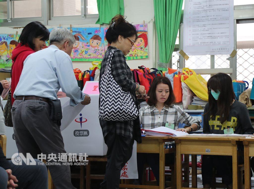 「經濟學人資訊社」公布2018年民主指數,台灣的排名上升至第32名。圖為民眾參與九合一選舉與公投。(中央社檔案照片)