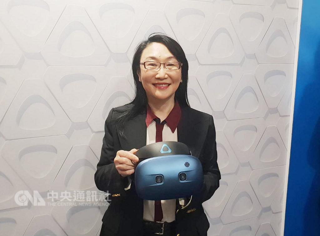 宏達電董事長王雪紅表示,今年HTC積極樂觀,有平台、內容、硬體解決方案,可走很久的路。圖為王雪紅手持VIVE COSMOS。中央社記者江明晏攝  108年1月10日