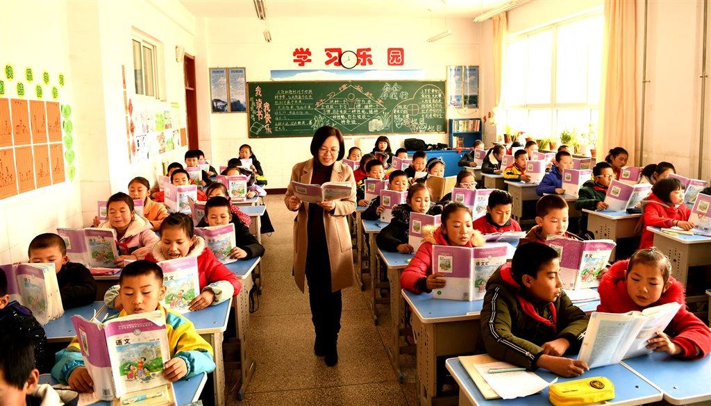 中國官方8日公布,在中國大陸學習、工作和生活的台港澳居民可申請參加中小學教師資格考試、認定中小學教師資格。圖僅為示意。(檔案照片/中新社提供)