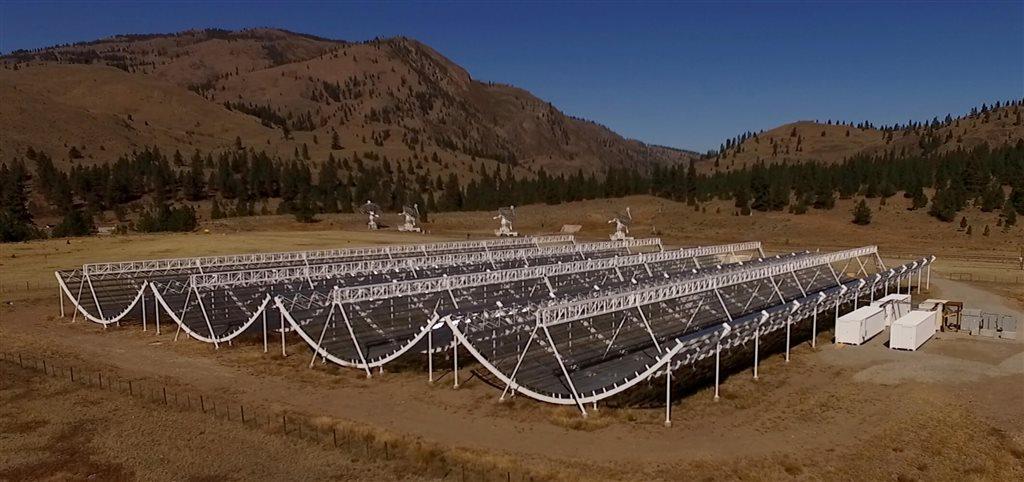 圖為加拿大CHIME電波望遠鏡,去年夏季試驗運作時確認收到從銀河系以外發射的神秘電波。(圖取自官網 chime-experiment.ca)