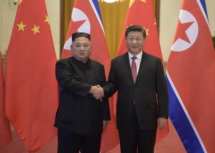 北韓領導人金正恩(左)8日在北京會見中國國家主席習近平(右)。(圖取自中國政府網網頁www.gov.cn)