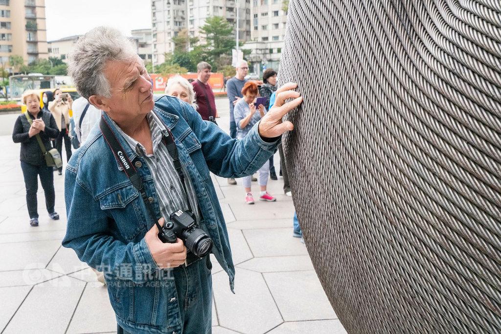 俄羅斯首發旅遊團來台環島11天,行程尾聲回到101大樓,團員對101高速電梯的退役鋼纜所創作的裝置藝術非常有興趣,還用手觸摸感受鋼纜的質地。中央社記者劉麗榮台北攝 108年1月11日