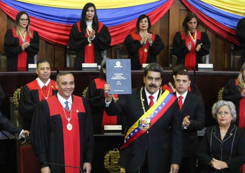 現年56歲的馬杜洛(前右)10日在最高法院院長莫雷諾監誓下,宣誓就任第2個6年總統任期。(圖取自facebook.com/NicolasMaduro)