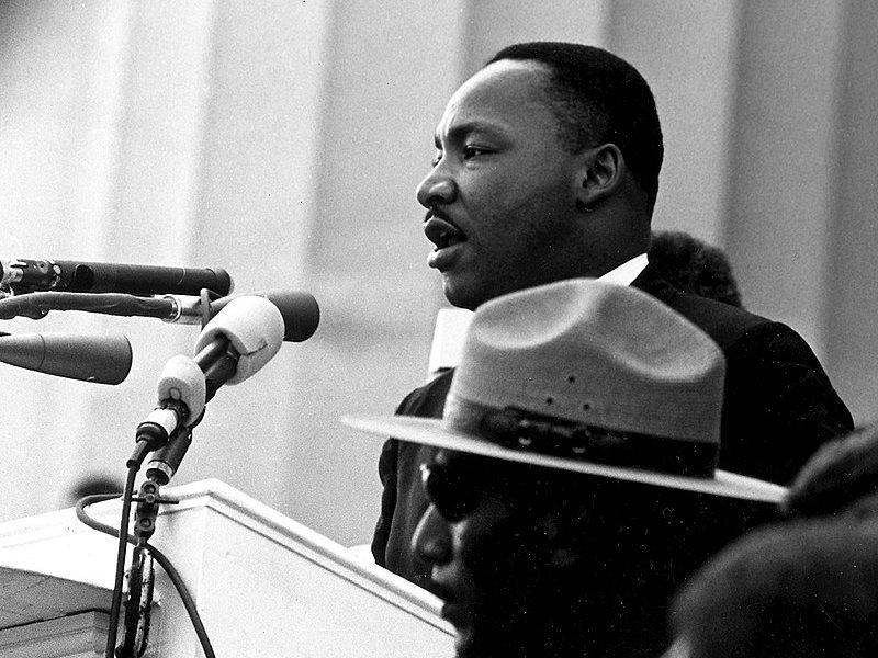 1963年,美國民權運動家金恩博士(後)在華盛頓林肯紀念堂前發表「我有一個夢」演說,讓這句話成為平權運動箴言。(圖取自維基共享資源,版權屬公有領域)