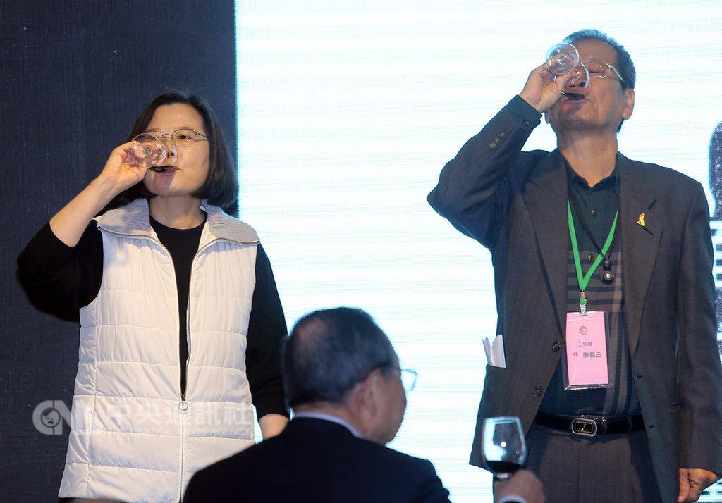 總統蔡英文(左)13日中午在台北出席「小英志工團尾牙餐會」,與志工團團長陳義丕(右)一同舉杯敬酒,向志工們表達感謝。中央社記者郭日曉攝 108年1月13日