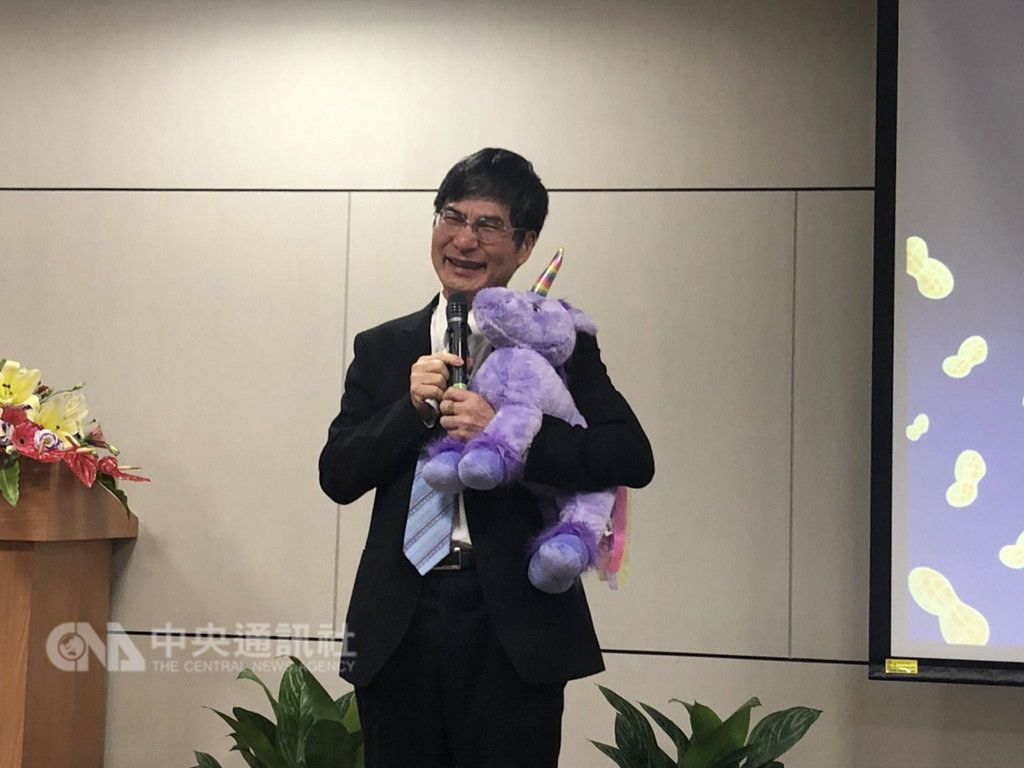 科技部長陳良基(圖)確定留任,他14日在慶祝留任會上還原整個徵詢過程,一度哽咽,他全程抱著布偶「奇奇」,也象徵這次留任是「奇蹟發生」。中央社記者劉麗榮台北攝 108年1月14日
