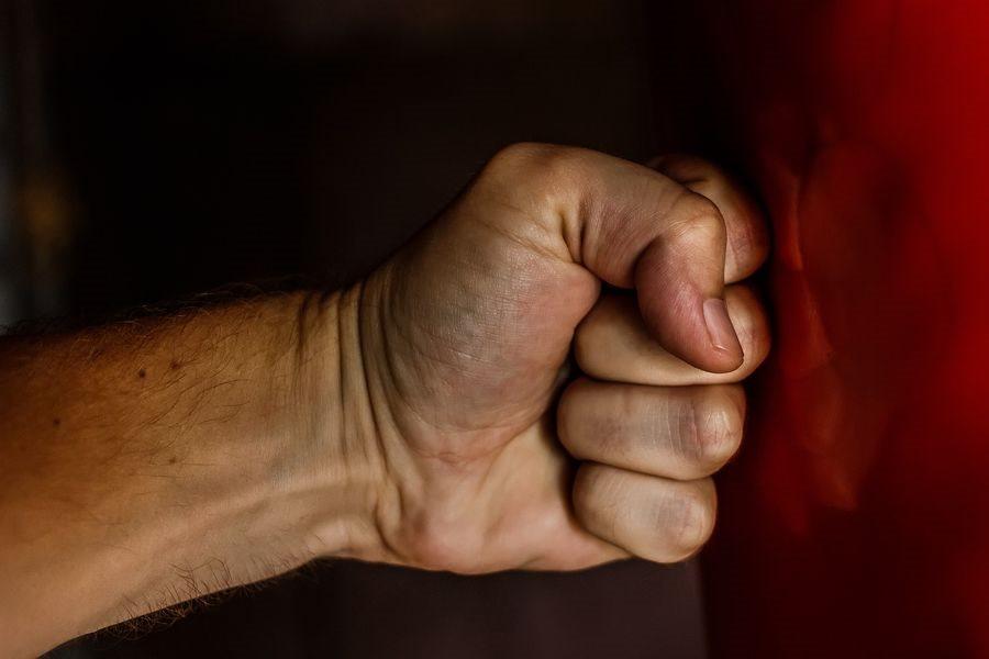 衛福部表示,分析家暴風險因子,以失業、經濟壓力、酒癮、藥癮為多,且可能合併發生,增加暴力風險。(圖取自Pixabay圖庫)