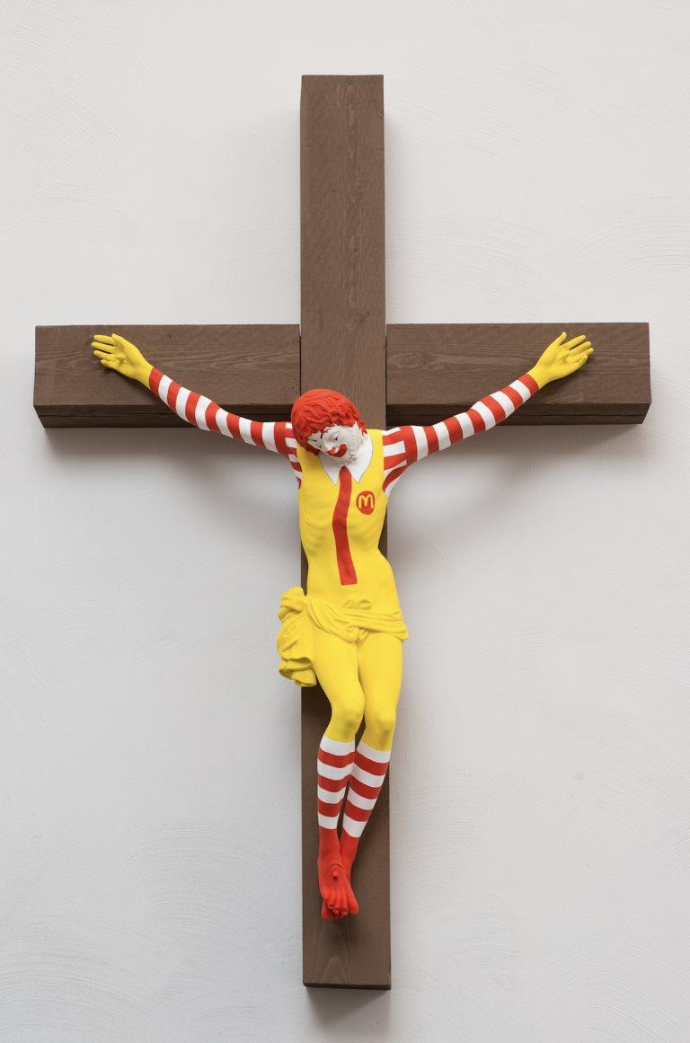 以色列一間博物館展出釘在十字架上的麥當勞叔叔雕像引發爭議。(圖取自janileinonen.com)