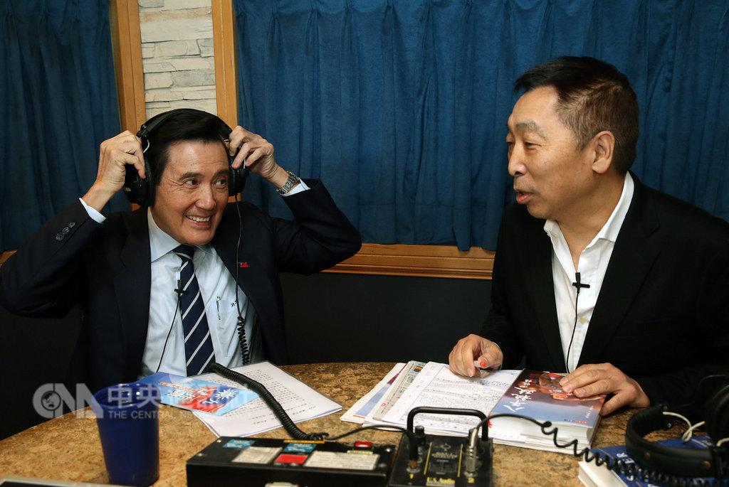 前總統馬英九(左)16日早上接受廣播節目專訪,主持人唐湘龍(右)詢問九二共識是否還有未來,馬英九說,當然有未來,九二共識是對台灣最好的保命仙丹,讓台灣可以存活下去,總統蔡英文只是拉住民眾普遍不喜歡一國兩制的想法,想藉此做掉九二共識。中央社記者郭日曉攝 108年1月16日