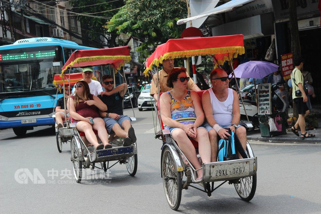 為吸引更多旅客,越南將擴大入境免簽國家範圍。圖為旅客搭乘人力三輪車遊河內老街。中央社河內攝  108年1月17日