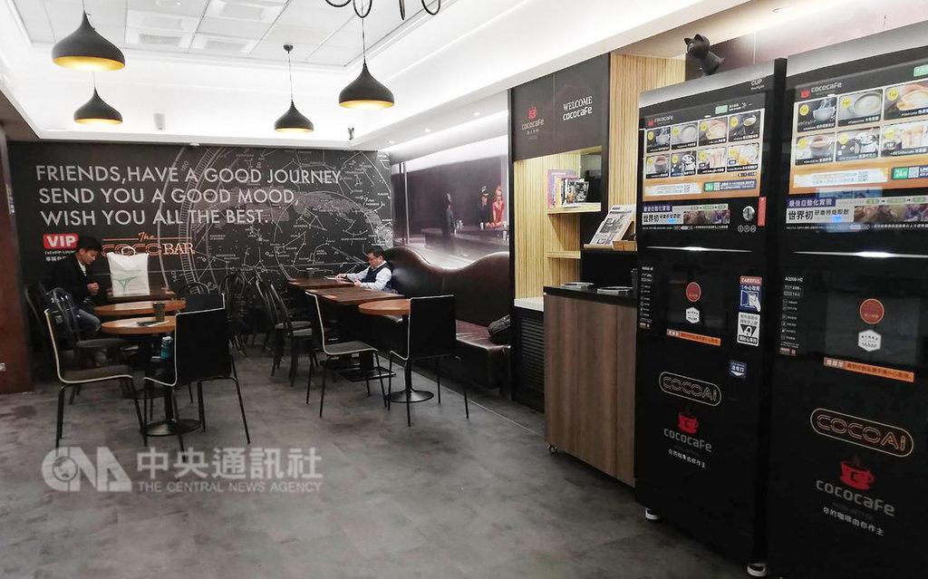 松山機場捷運連通道近來開設一家無人咖啡廳,投幣式機器可提供咖啡及多種口味冷熱飲,廳內也有舒適桌椅及免費無線網路,是旅客小憩好去處。中央社記者汪淑芬攝 108年1月18日