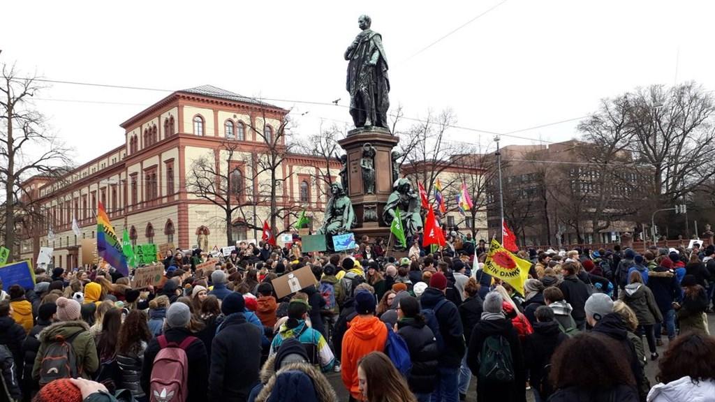 瑞士18日有上萬名學童和大學生罷課走上街頭,要求政治人物採取具體行動,阻止氣候變遷。(圖取自twitter.com/gretathunberg)