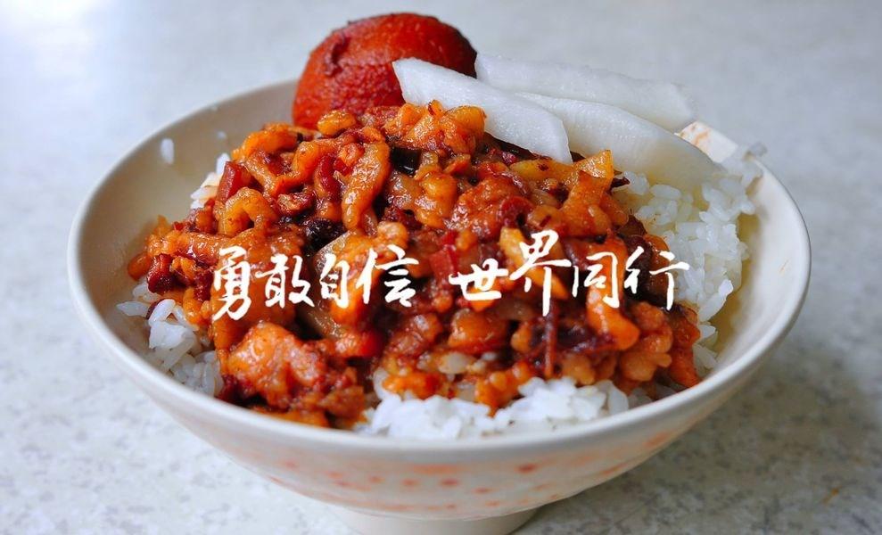 駐德國慕尼黑辦事處的臉書粉絲專頁近期更換封面照片,照片以台灣滷肉飯為主,加上「勇敢自信世界同行」的字樣。(圖取自www.facebook.com/TaiwaninMUC)