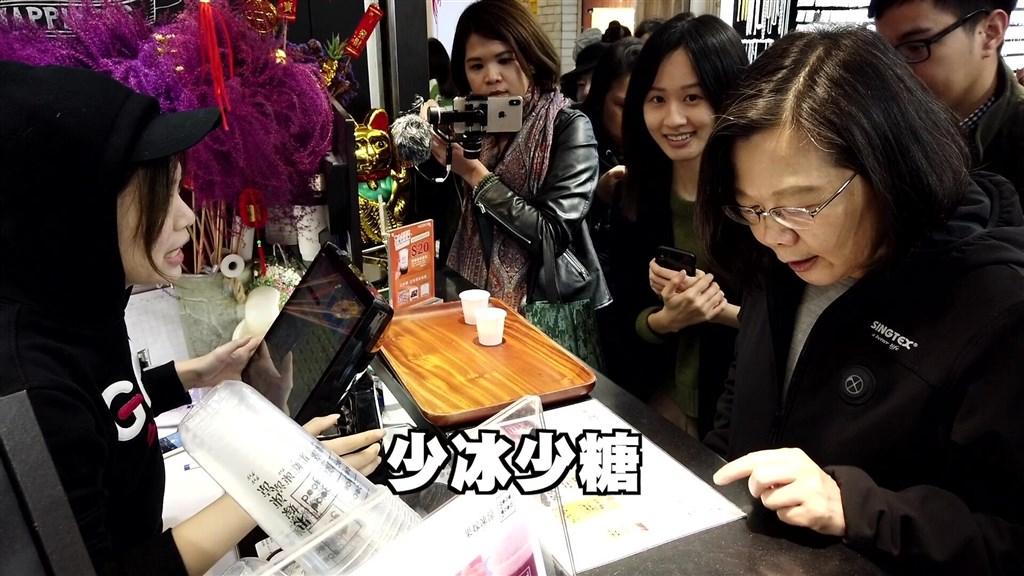 打造總統臉書新風貌,幕後推手是七年級生的林鶴明與兩位八年級女生翊婷(左3)與思吟(左2)。(圖取自facebook.com/tsaiingwen)