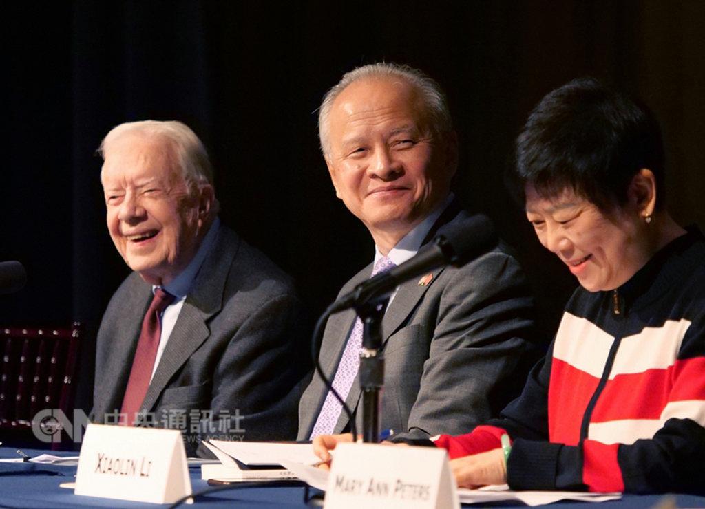 中國駐美大使崔天凱18日(中)在亞特蘭大一場研討會表示,台灣問題是中美關係中最重要、最敏感的問題。中美關係未來能否保持穩定,將取決於這條紅線能否得到遵守。圖左為美國前總統卡特(Jimmy Carter)。(取自中國駐美大使館官網)中央社  108年1月19日
