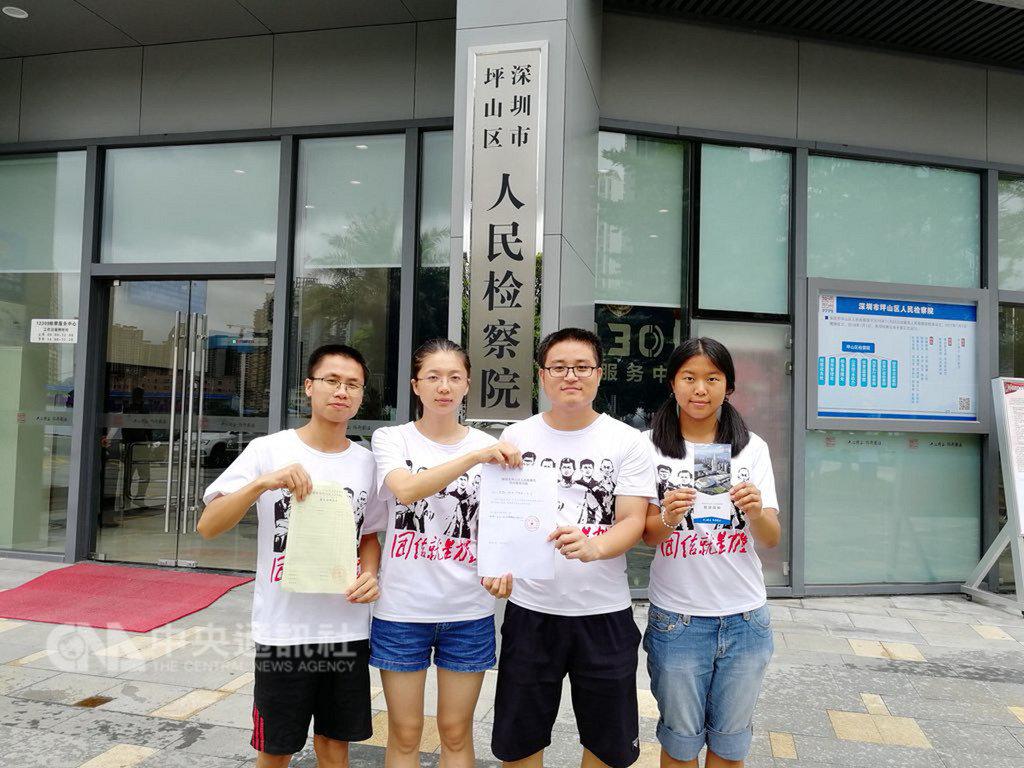 佳士工人聲援團21日指控岳昕(右一)、沈夢雨(左二)、鄭永明(左一)等4成員被迫拍攝認罪影片。(取自佳士建會工人聲援團推特)