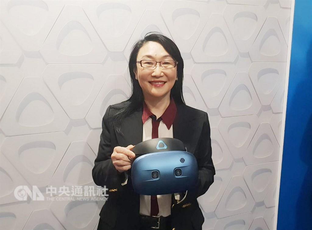 宏達電在CES展出VIVE Pro Eye、VIVE COSMOS的虛擬實境(VR)新品,全球已奪36項大獎。圖為宏達電董事長王雪紅手持VIVE COSMOS。(中央社檔案照片)