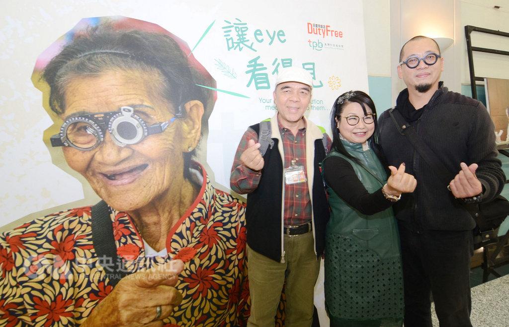 「醫在偏鄉公益攝影展」即日起至24日在桃園國際機場第2航廈展出;透過攝影師郭政彰(右)的鏡頭,讓國內外旅客看到台灣偏鄉醫療影像中央社記者邱俊欽桃園機場攝 108年1月22日