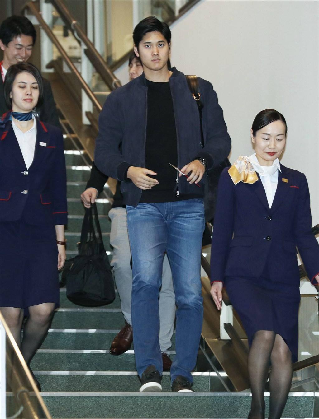 球星大谷翔平一身休閒裝扮,深色外套搭配牛仔褲,日本時間21日晚間於東京成田機場搭機返美。(共同社提供)