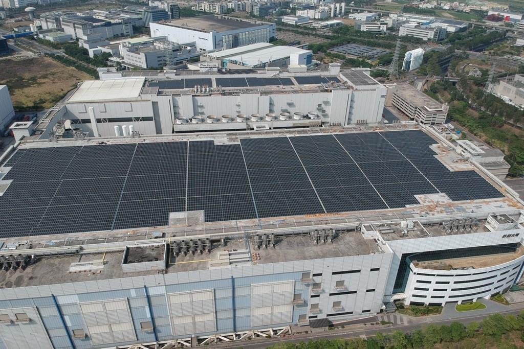 為實踐低碳綠能目標,台南市政府推動「台南陽光電城」專案計畫,鼓勵業者利用廠房等屋頂設置太陽光電發電系統。圖為空照圖。(台南市經濟發展局提供)中央社記者楊思瑞台南傳真 108年1月23日