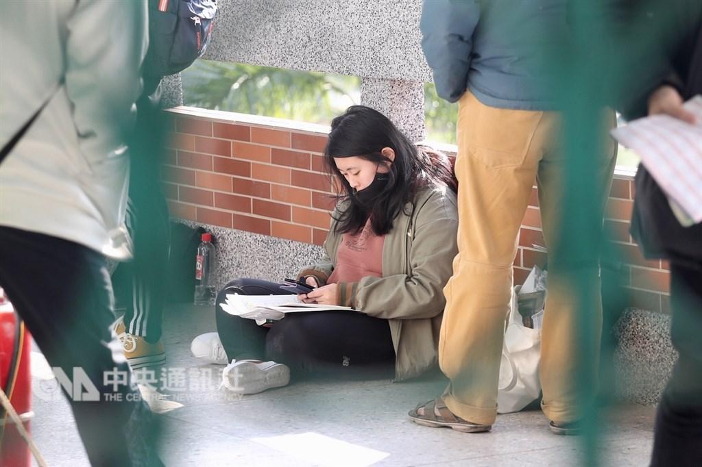 大學學科能力測驗25日登場,第一天考英文、國文、社會,考生席地而坐溫書,備戰學測。中央社記者吳翊寧攝 108年1月25日