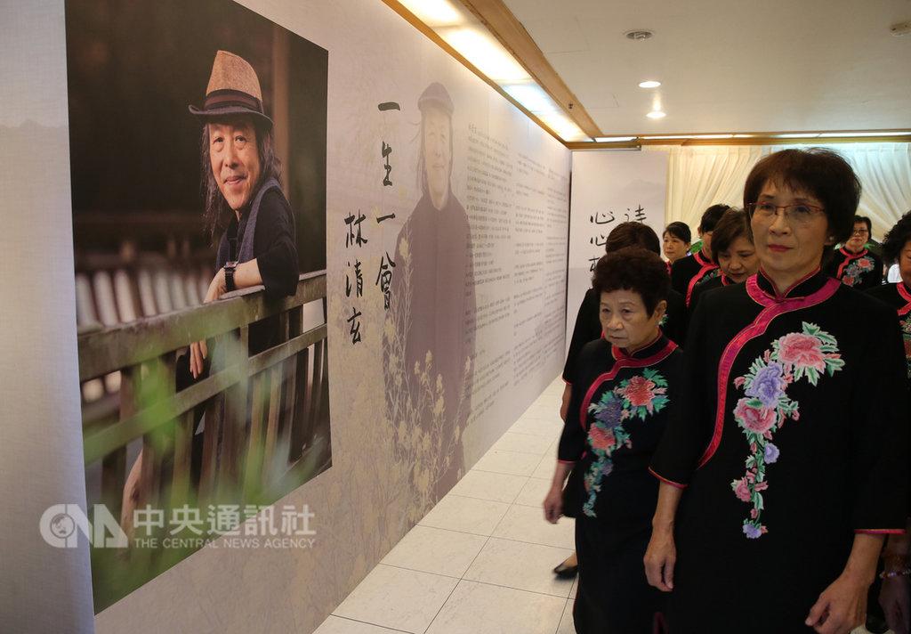 知名作家林清玄日前在台灣的家中安詳去世,告別式27日在佛光山台北道場舉行,會場門口有林清玄的親筆題字:「一生一會」。中央社記者鄭傑文攝 108年1月27日