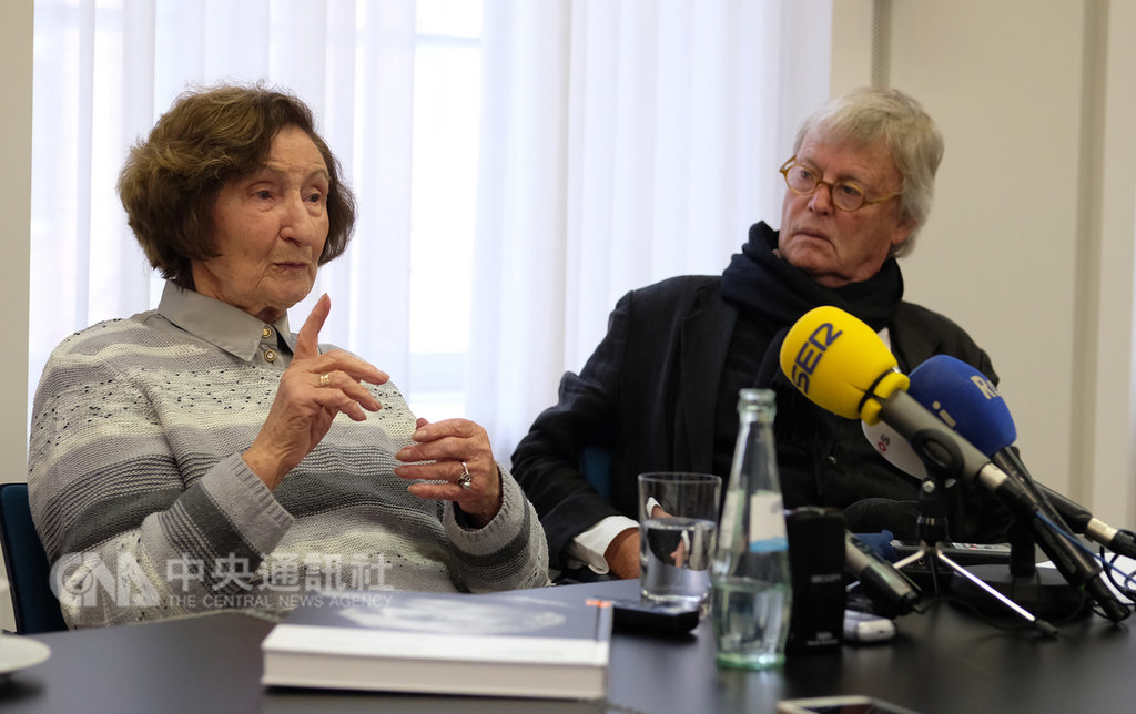 現年91歲的歐辛茲基(左)差點在集中營喪失生命,她身旁是攝影家穆勒(右),在一本新書中拍了包括歐辛茲基在內的25位大屠殺生還者的肖像。中央社記者林育立柏林攝 108年1月27日