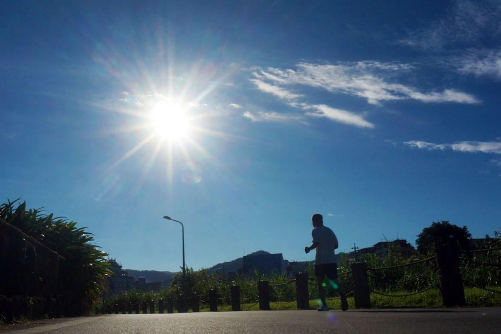 中央氣象局表示,29日白天各地陽光露臉、氣溫回升。(中央社檔案照片)