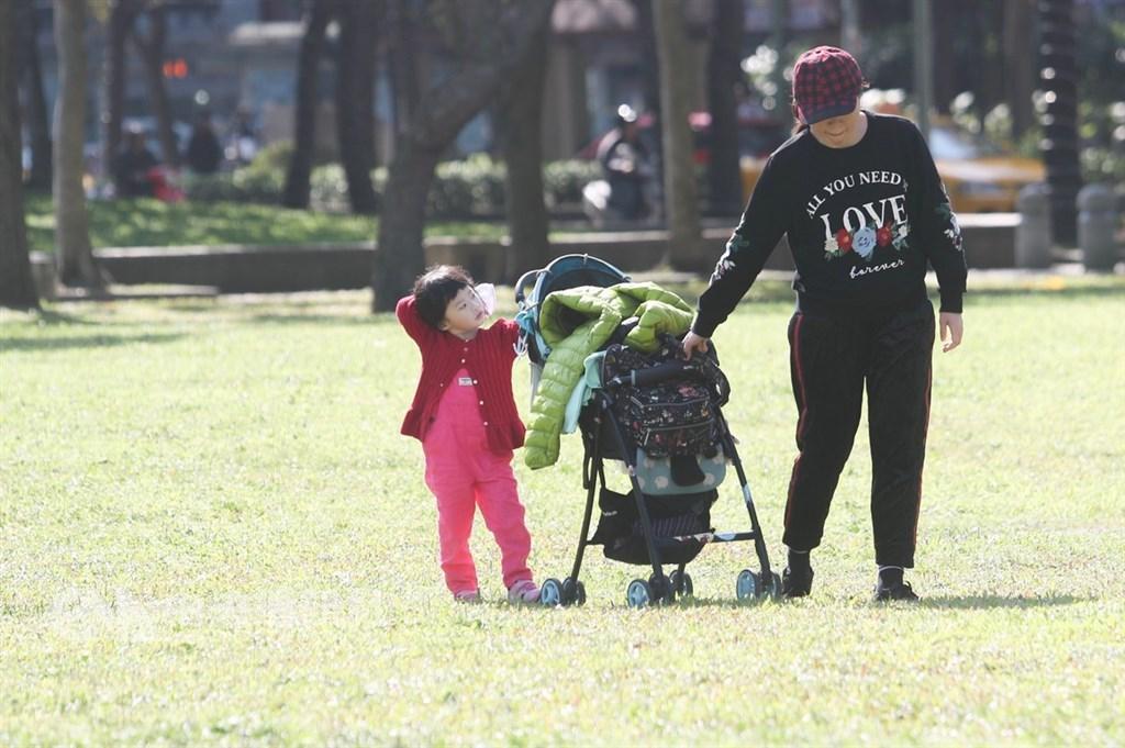 農曆春節將至,氣象專家吳德榮29日表示,春節期間連一般寒流都不太容易發生。(中央社檔案照片)