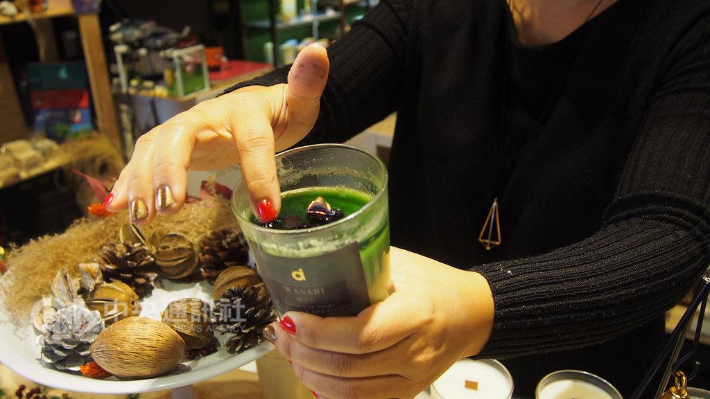 手工皂品牌創辦人徐瑜璘上網搜尋可作為按摩乳液的香氛蠟燭配方自學改良,希望減緩過敏體質的家人皮膚乾癢問題。中央社記者廖禹揚攝  108年2月3日